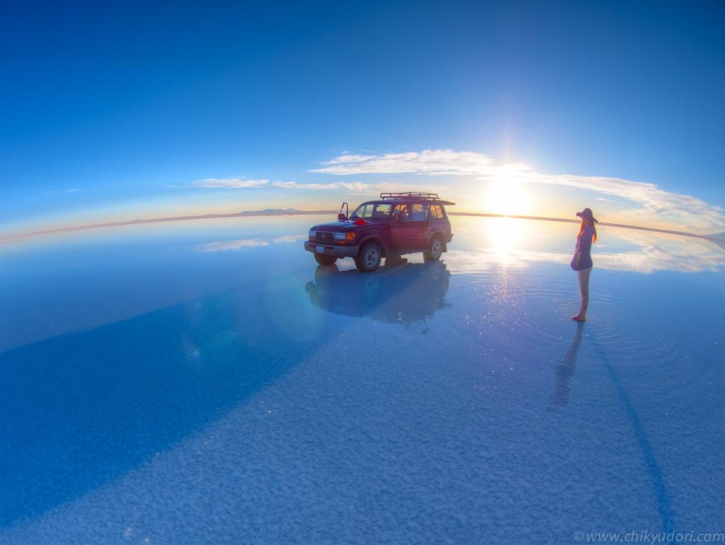 ウユニ塩湖の鏡張りの夕日